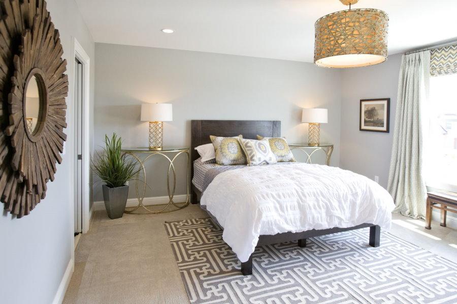 Интерьер спальной комнаты со столиками для светильников