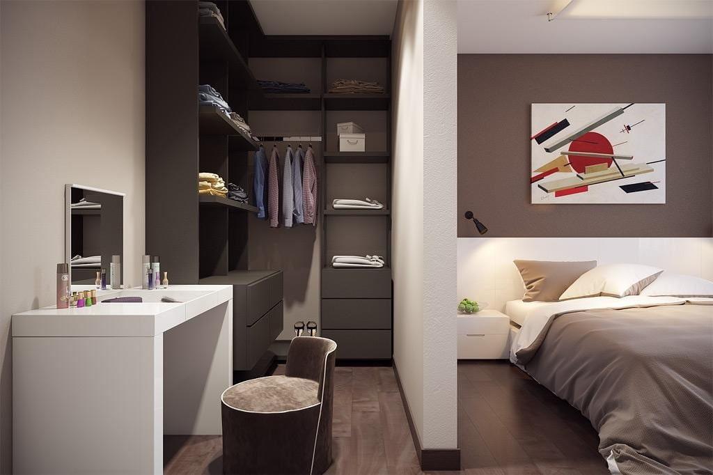 Небольшой столик в маленькой гардеробной