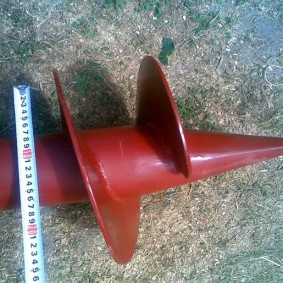 Окрашенный наконечник винтового столба двухлопастного
