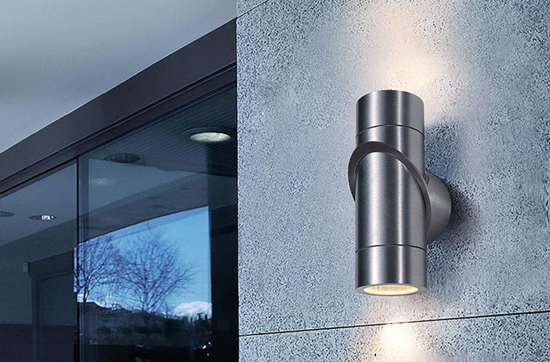 Направленный светильник на серой стене здания