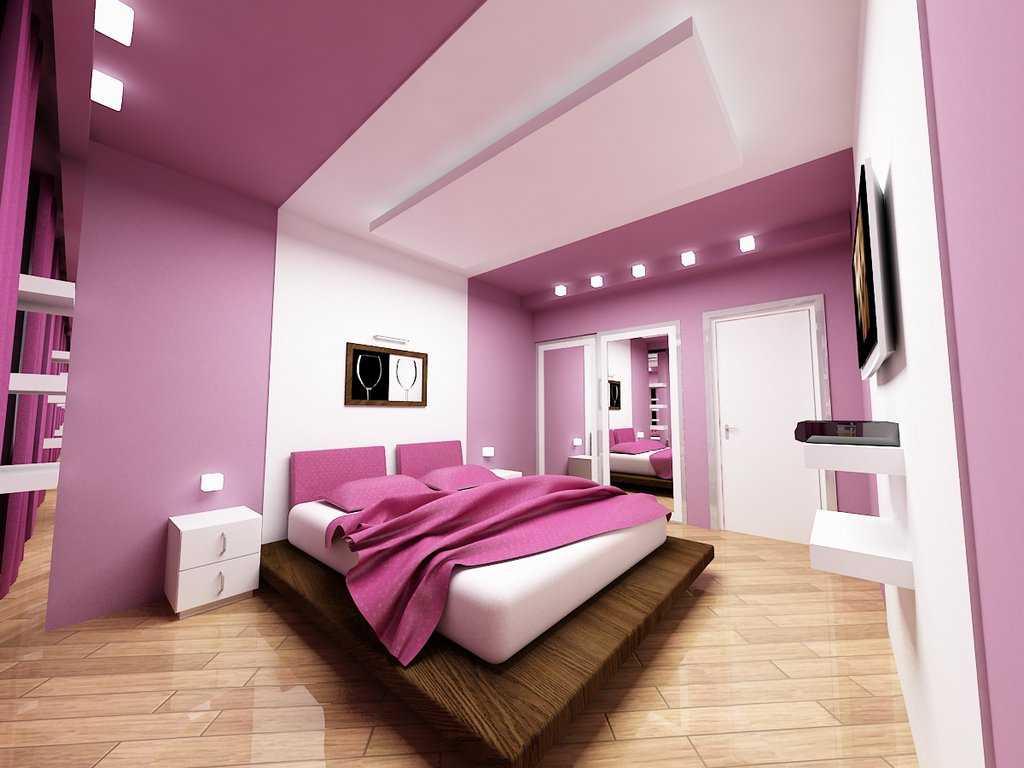 Светильники на потолке комнаты с фиолетовыми обоями