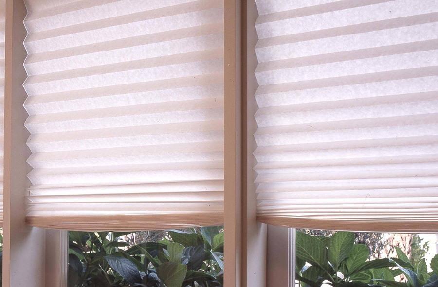 Бумажные шторы светлого оттенка на окне в гостиной
