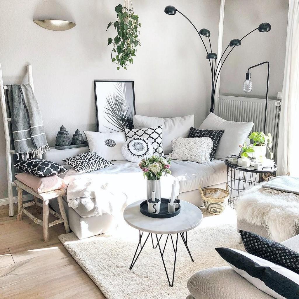 Декор спальни подушками в пастельных тонах