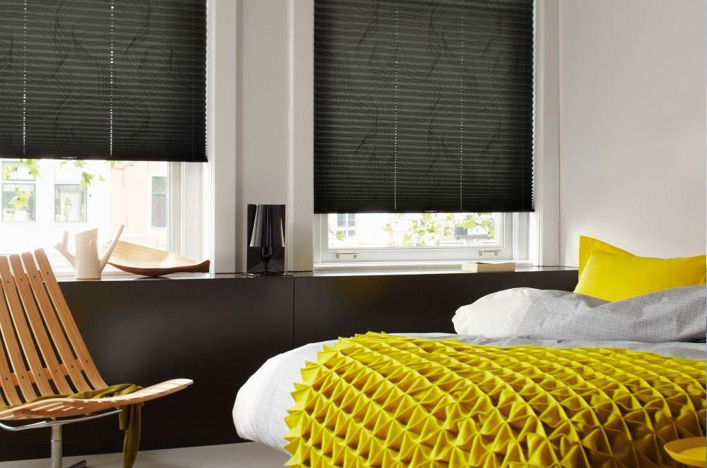 Темно-серые бумажные шторы в спальной комнате