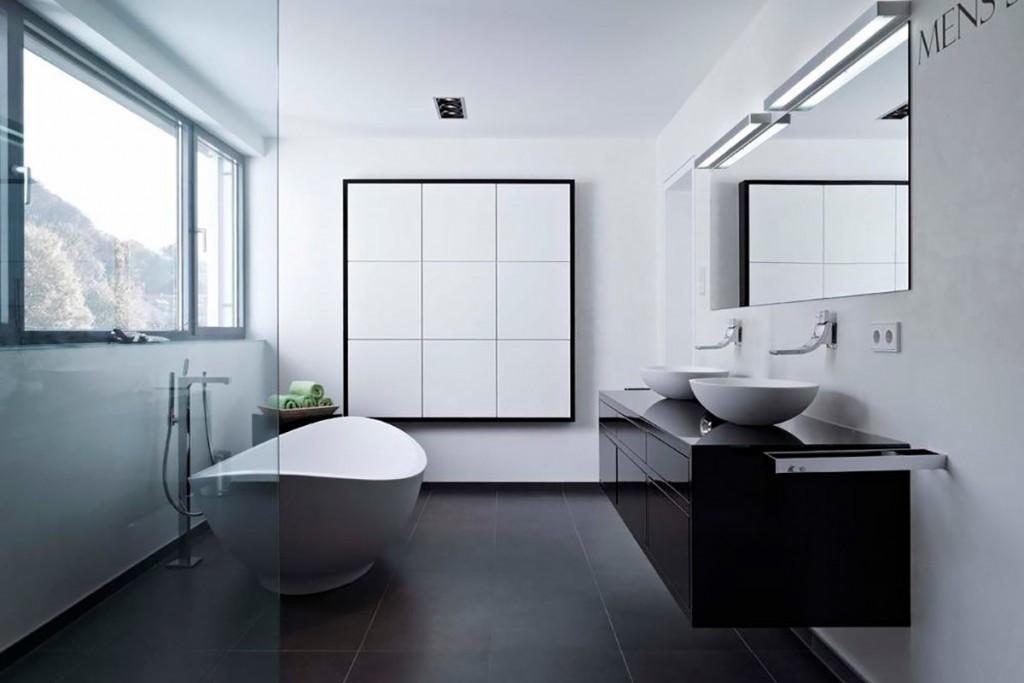Минимализм в дизайне ванной комнаты с окном
