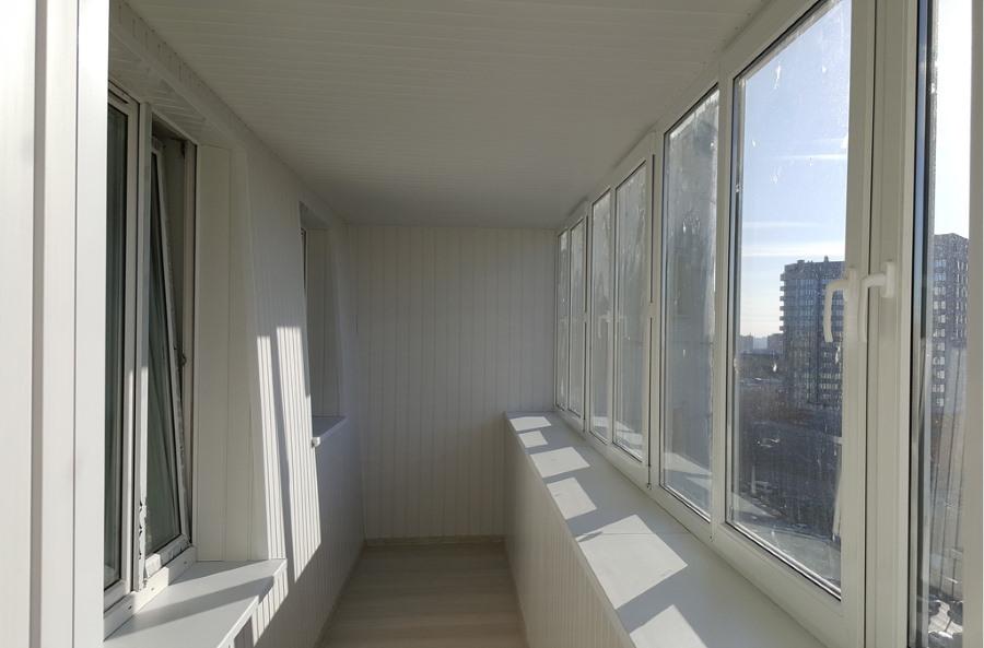 Новые пластиковые рамы на балконе с выносом