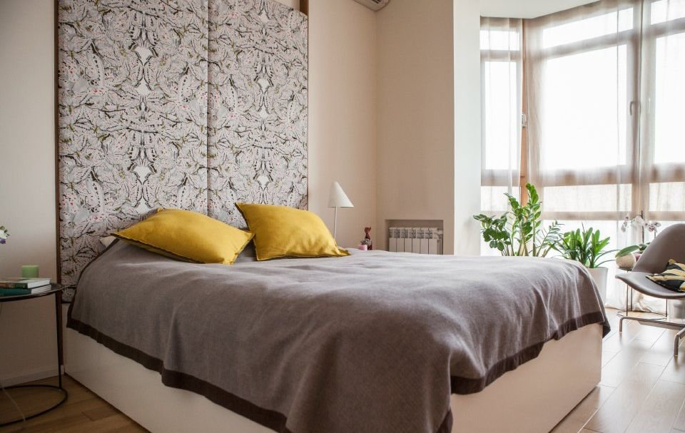 Декор стены в спальне тканевыми панелями