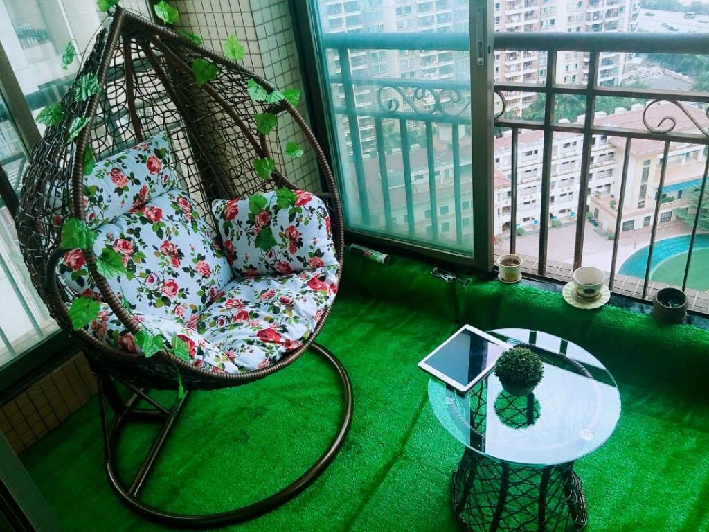 Искусственная трава на полу балкона