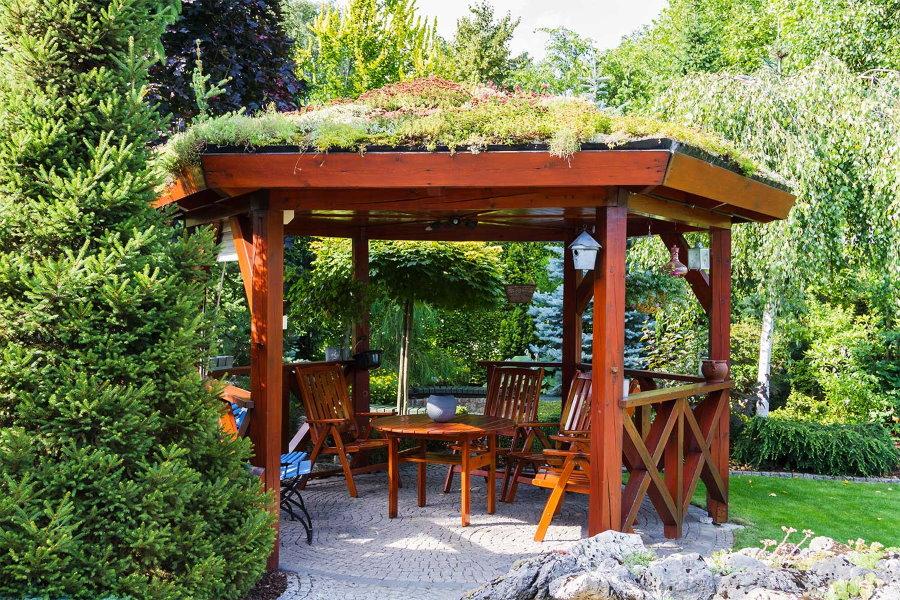 Деревянная беседка с травяной крышей