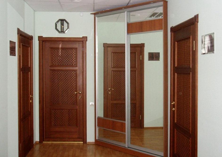 Зеркальный шкаф-купе треугольной формы