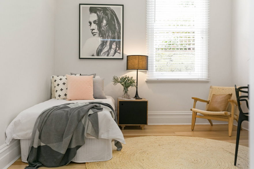 Прикроватная тумбочка в спальне скандинавского стиля