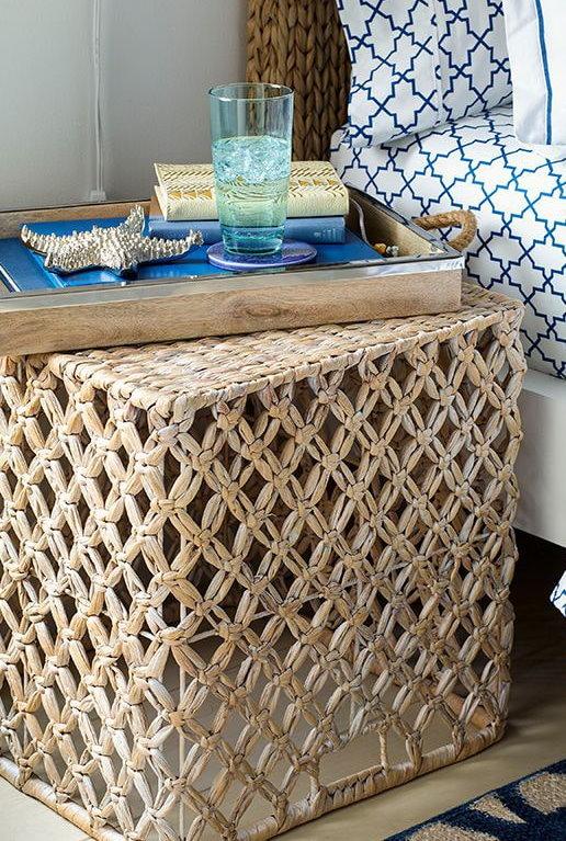 Тумбочка из ротанга в спальне этнического стиля