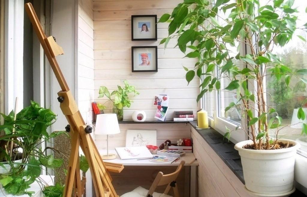 Деревянный штатив для мольберта в интерьере балкона