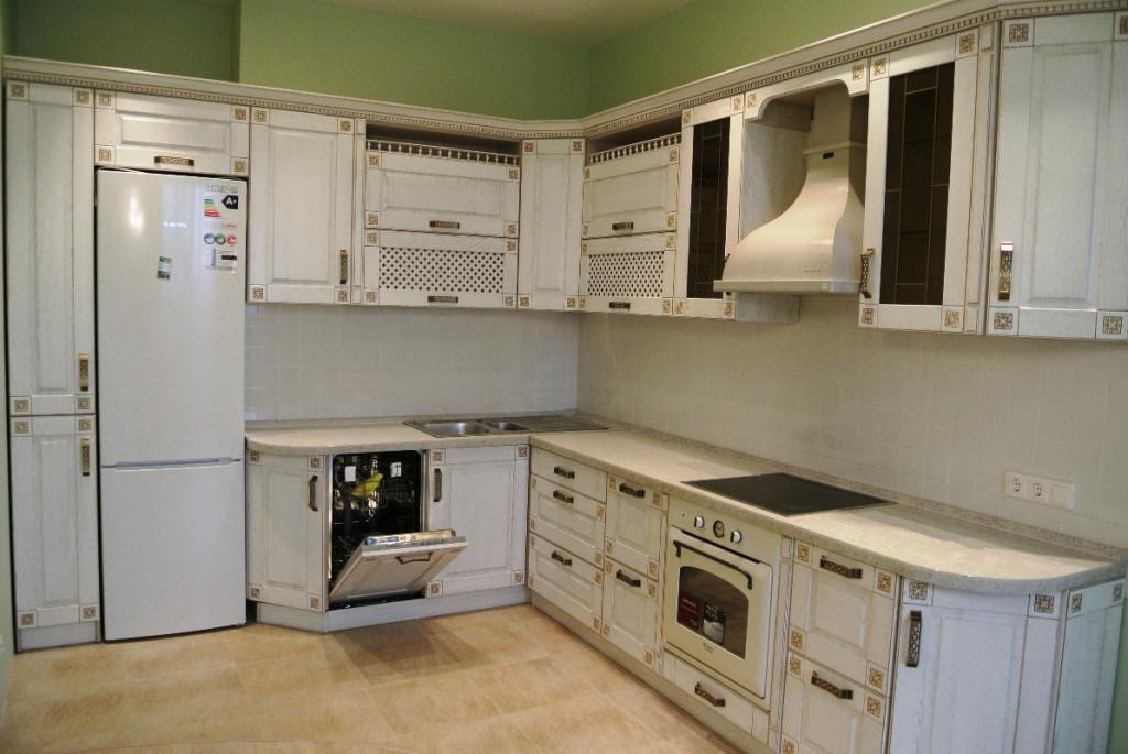 Кухонный гарнитур с посудомоечной машиной в стиле классики