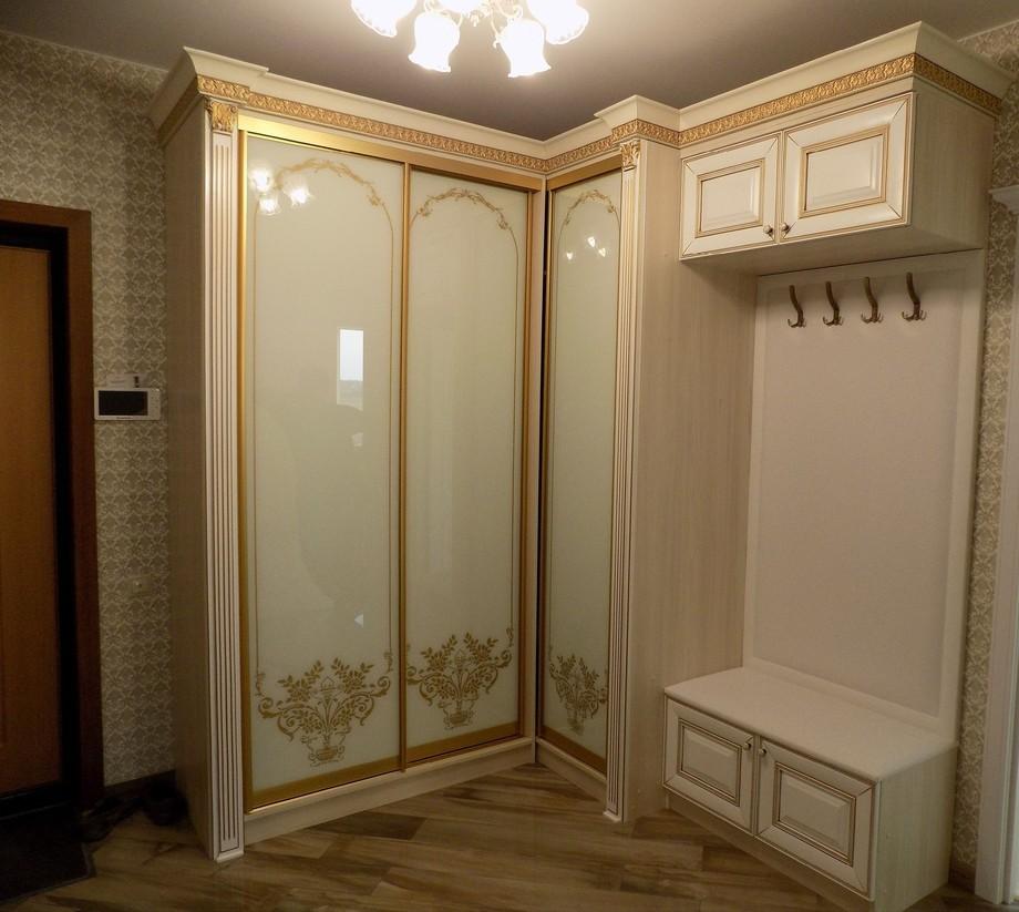 Угловой классический шкаф для прихожей
