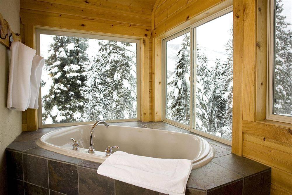 Угловая ванна в дачном доме из бруса