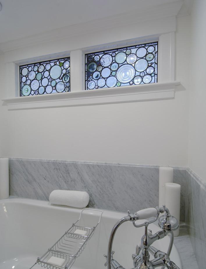 Декор небольших окон из ванной на кухню