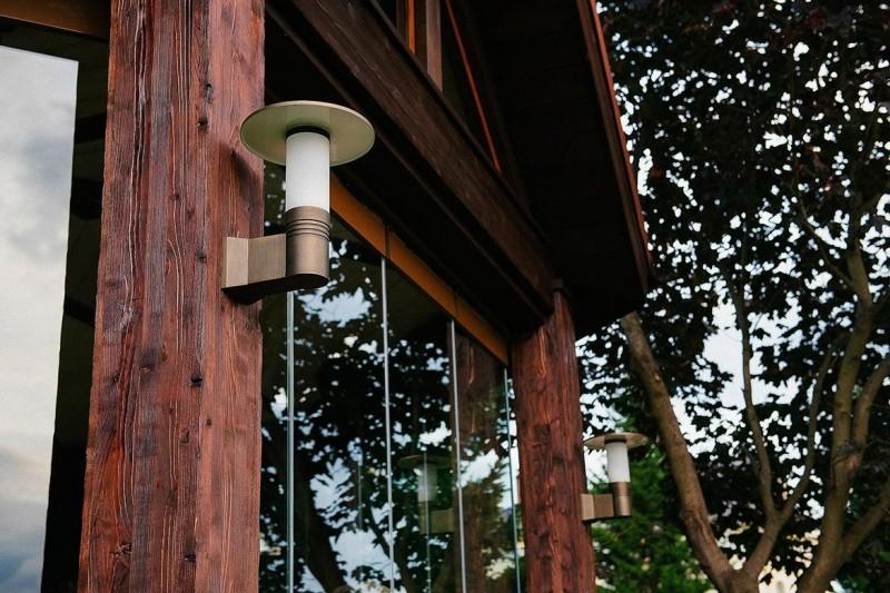 Уличный светильник на деревянной стойке