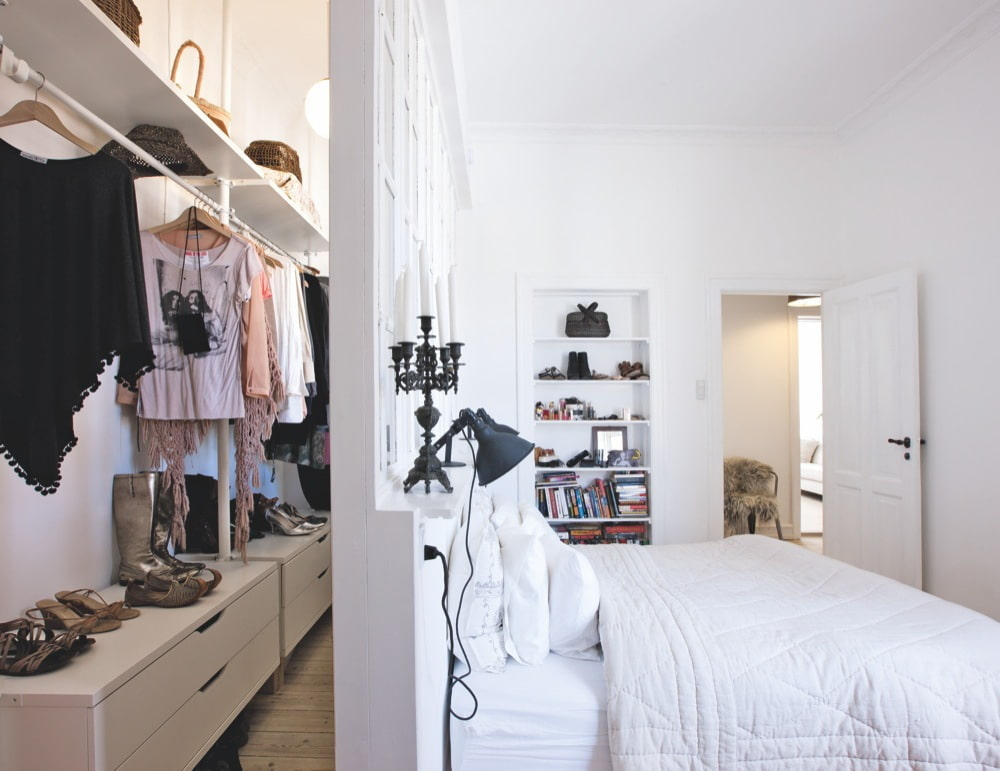 Линейный гардероб за перегородкой в спальне