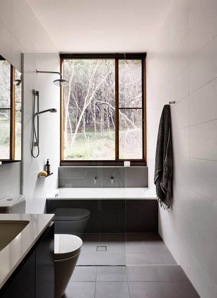 Окно во всю стену небольшой ванной комнаты