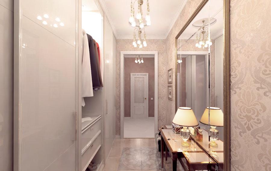 Узкий проход между мебелью в коридоре