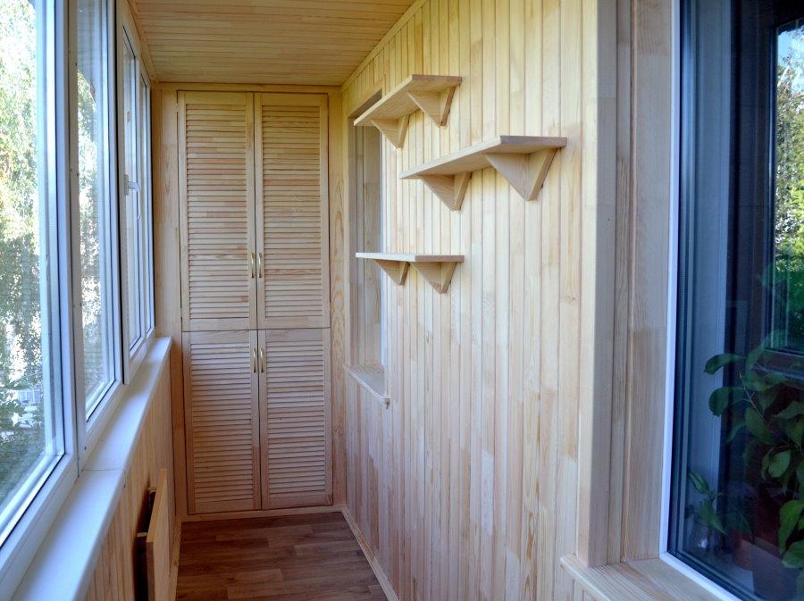 Обшивка стен остекленного балкона вагонкой
