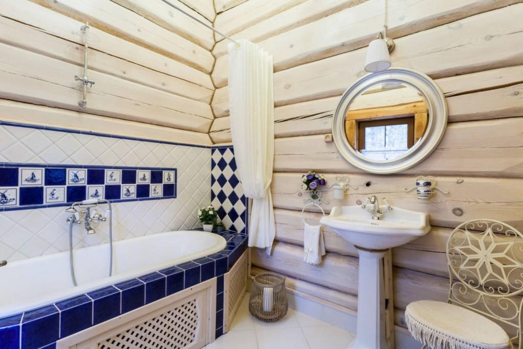 Встроенная ванна в доме из бруса