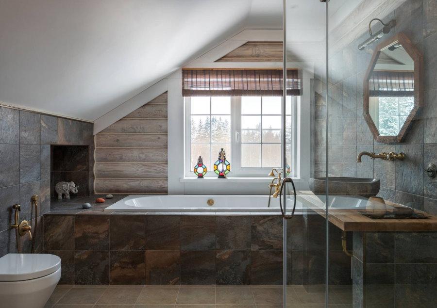 Планировка ванной комнаты с окном в мансарде
