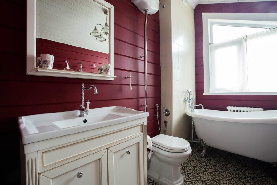 Стена из бруса в ванной комнате в деревянном доме