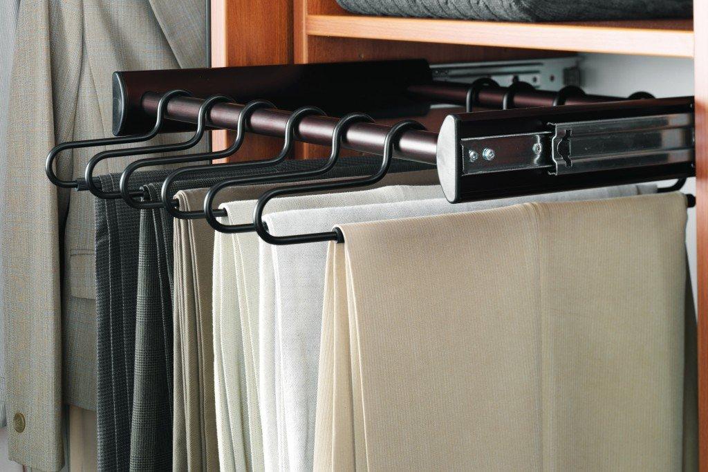 Место для брюк в отсеке мужского гардероба