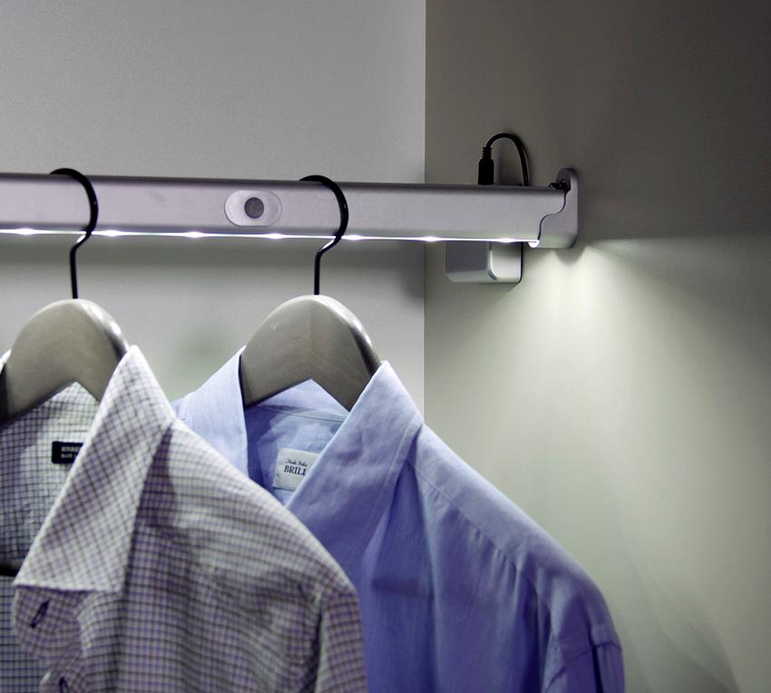 Штанга с подсветкой внутри шкафа-купе