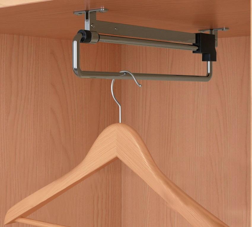 Выдвижная штанга для купейного шкафа в прихожей