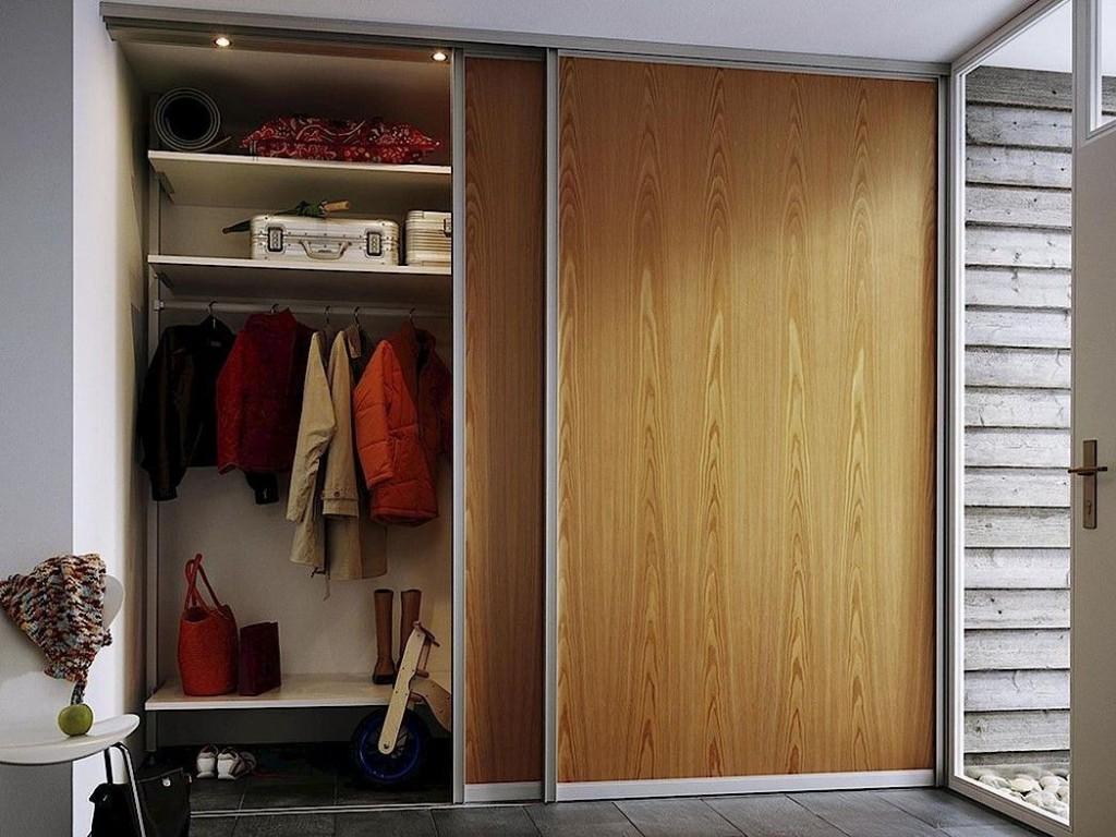 Вешалка для одежды внутри купейного шкафа в прихожей