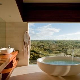 Большое окно в ванной на втором этаже частного дома