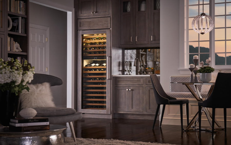 Серая кухня со встроенным шкафом для вина