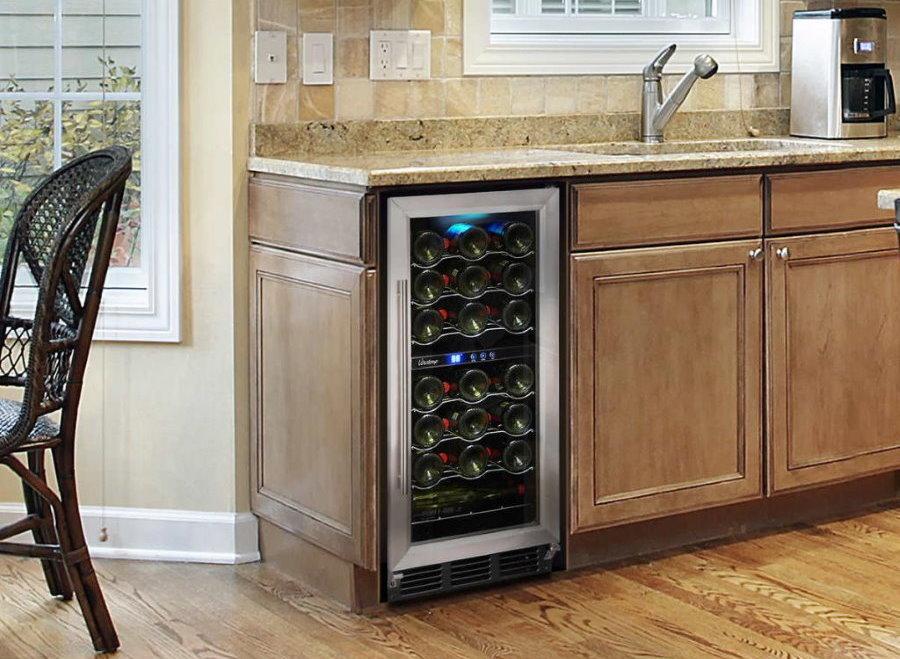 Современная кухня с винным шкафом под столешницей