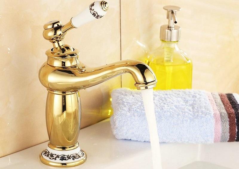 Врезной смеситель для ванной с золотистым корпусом