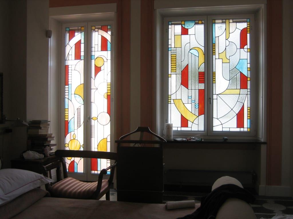 Витражные стекла в спальной комнате