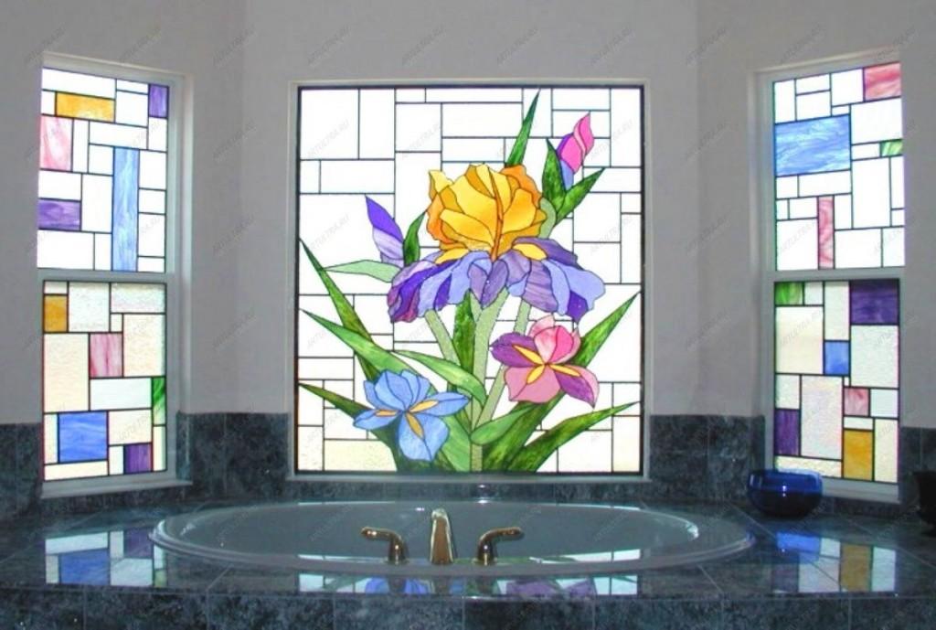Декор витражами окон в ванной частного дома