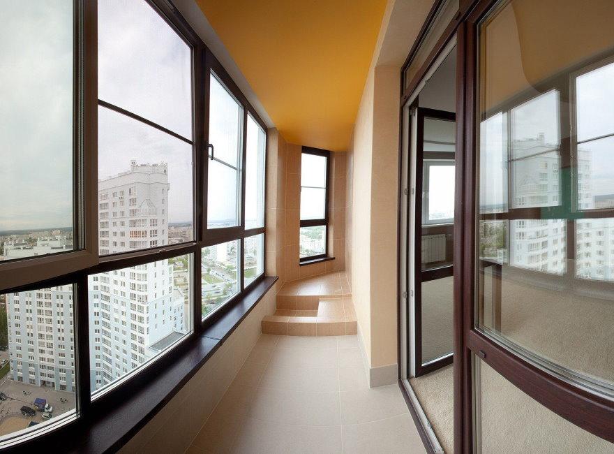Панорамное остекление длинного балкона