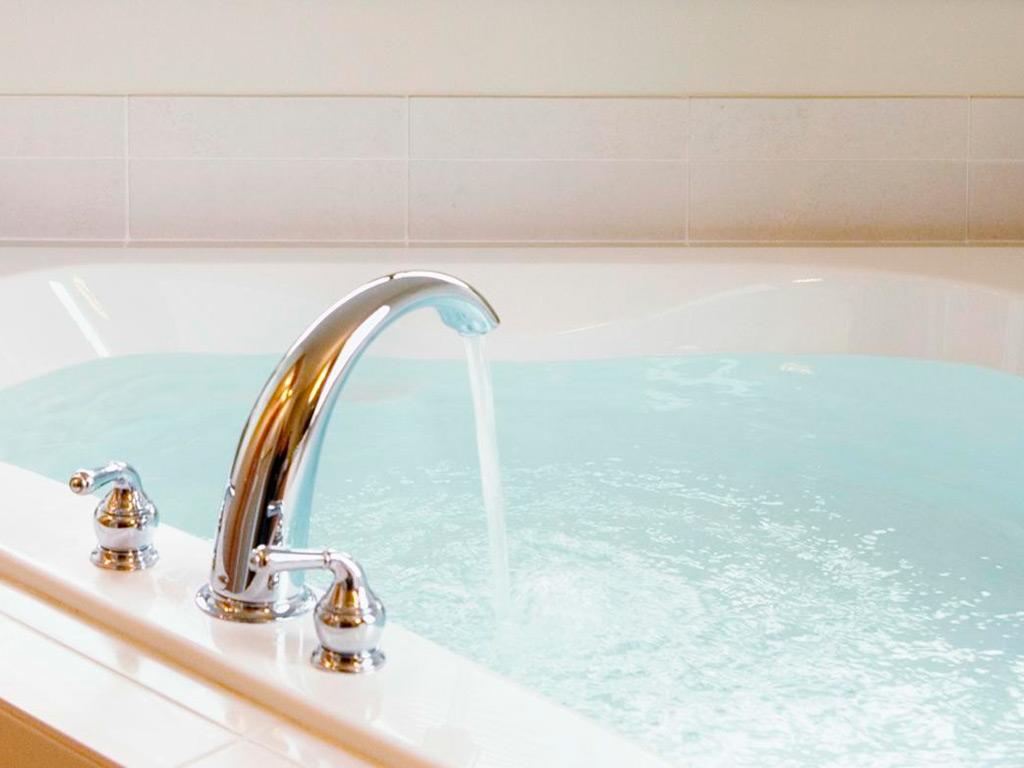 Встроенный смеситель в бортика ванны