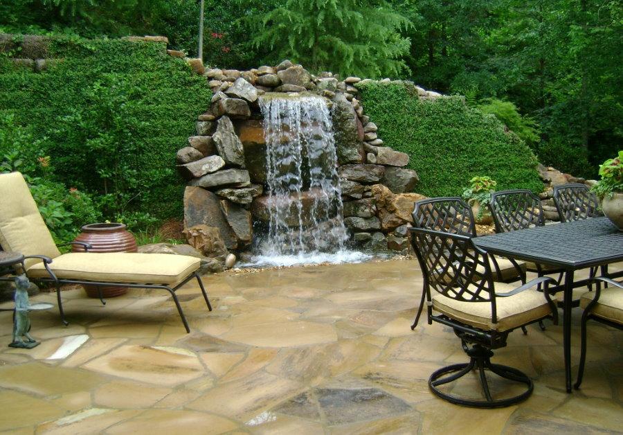 Водопад в зоне отдыха садового участка