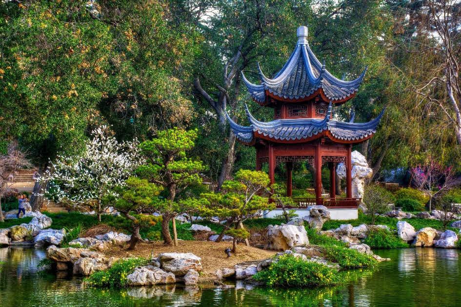 Беседка в китайском стиле на берегу водоема