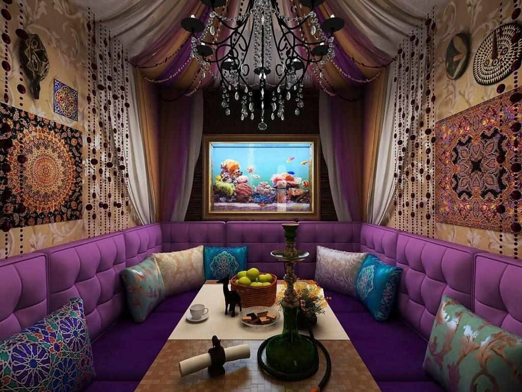 Фиолетовая мебель в гостиной этнического стиля