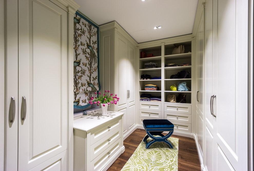 Встроенный шкафы в прямоугольной гардеробной