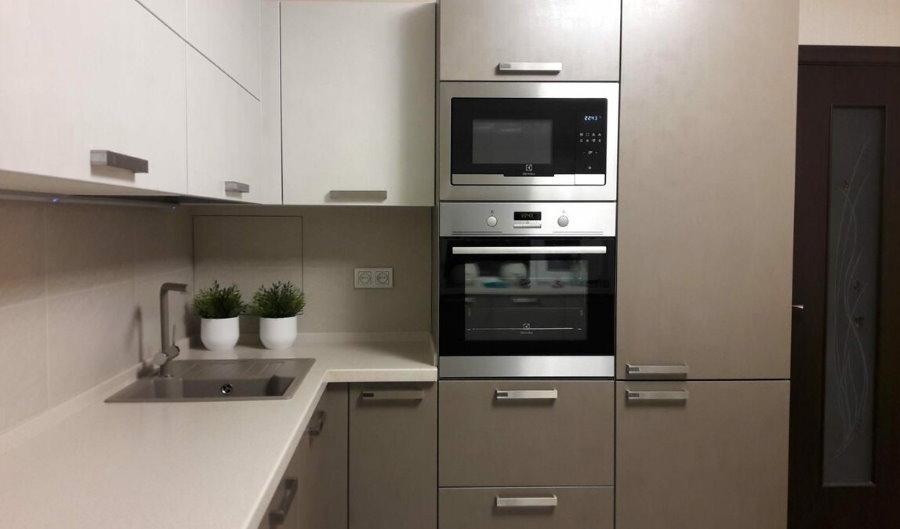 Встроенная СВЧ-печь в интерьере современной кухни