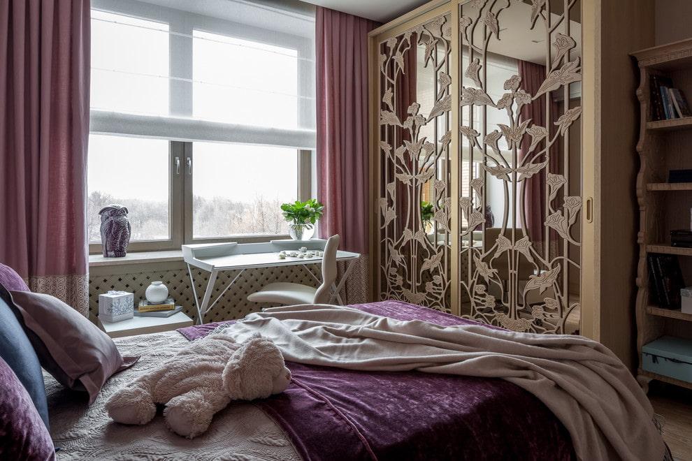 Красивый декор зеркала на платяном шкафу