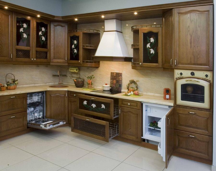 Угловая встроенная кухня из натурального дерева