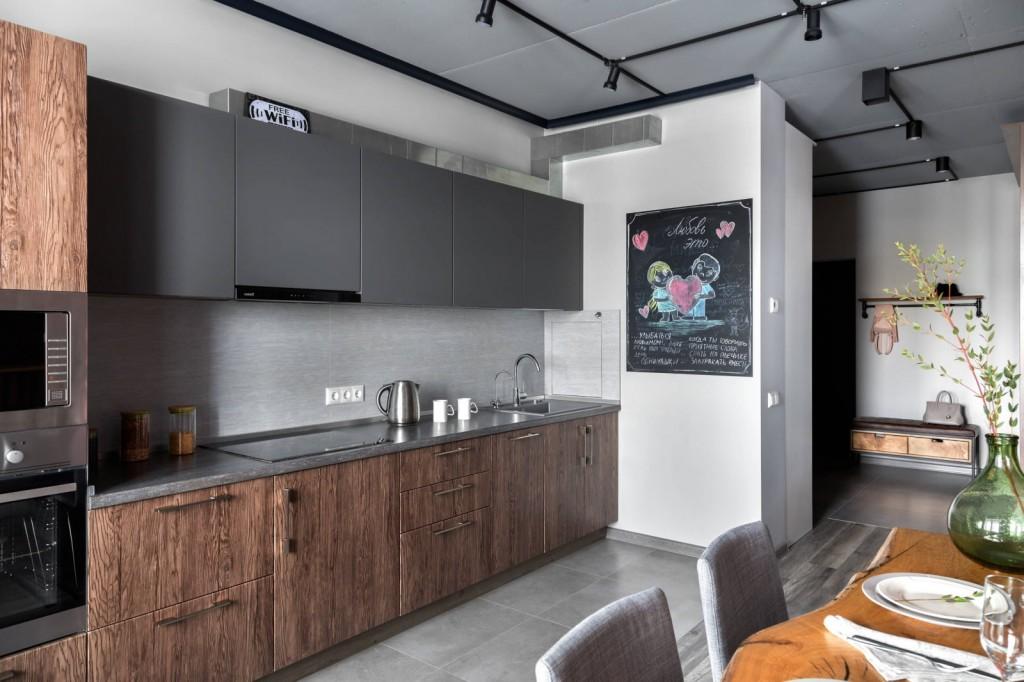 Комбинированная отделка фасадов встроенной кухни