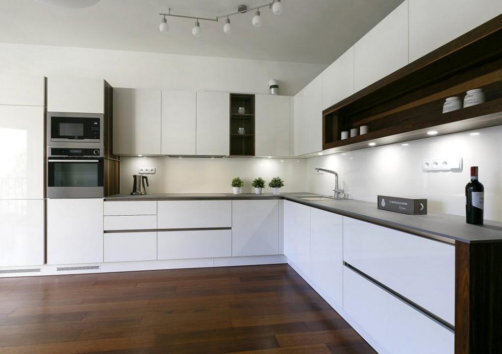 Белый встроенный гарнитур в кухне современного стиля